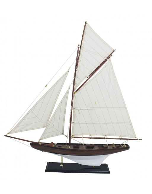 yacht bois sur son support